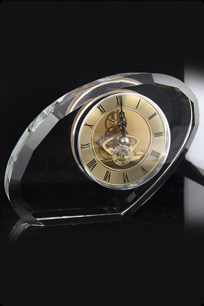 Een onregelmatig glazen blok met een klok